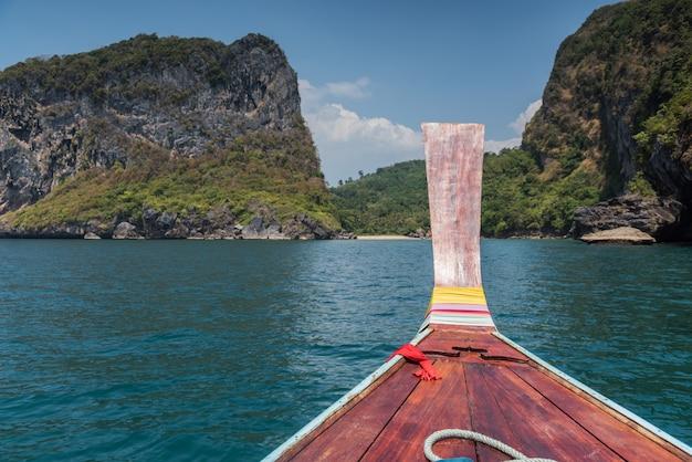Longtail Tajlandzka Drewniana łódź Płynie W Kierunku Premium Zdjęcia