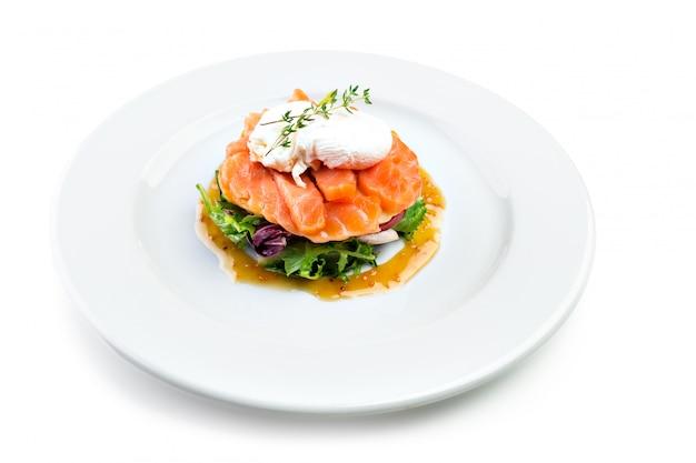 Łososiowa sałatka odizolowywająca na bielu Premium Zdjęcia