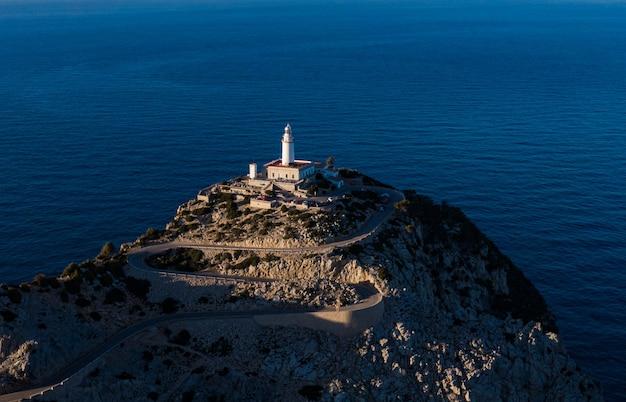 Lotnicze Odległe Ujęcie Wysokiego Skalistego Klifu Z Białą Wieżą Zbudowaną Na Szczycie Oceanu Darmowe Zdjęcia