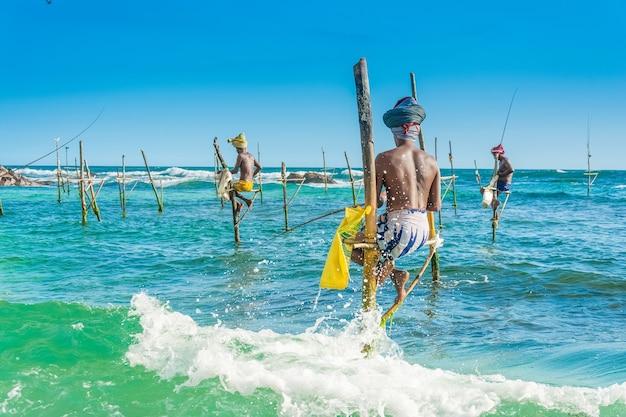 Łowienie Z Pochyleniem, Unikalny Sposób łowienia Na Sri Lance Premium Zdjęcia