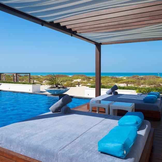 Łóżko W Pobliżu Basenu I Plaży. Darmowe Zdjęcia