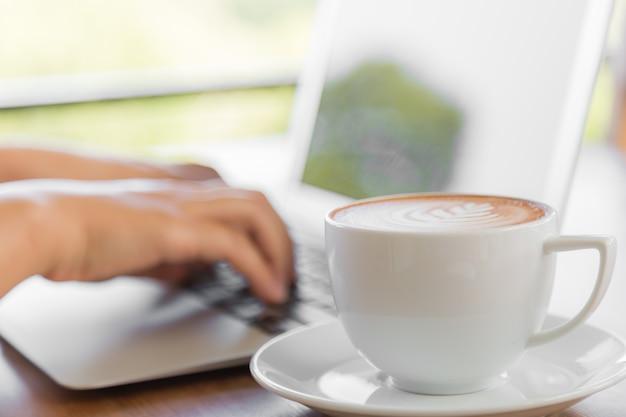 Lperson Pracuje Na Laptopie Z Filiżanką Kawy Obok Darmowe Zdjęcia