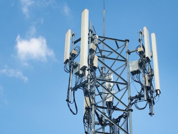 Lte, Gsm, 2g, 3g, 4g, 5g Wieża Komunikacji Komórkowej. Wieża Telekomunikacyjna Przeciw Błękitne Niebo Z Chmurami. Premium Zdjęcia