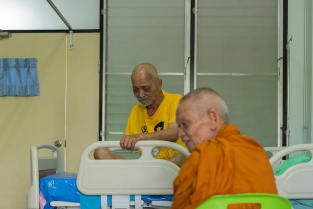 Luang pu ong thawaro odwiedza chorego na raka Premium Zdjęcia