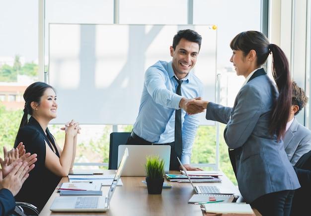 Ludzie biznesu drżenie rąk gratuluje sukcesu pracy Premium Zdjęcia
