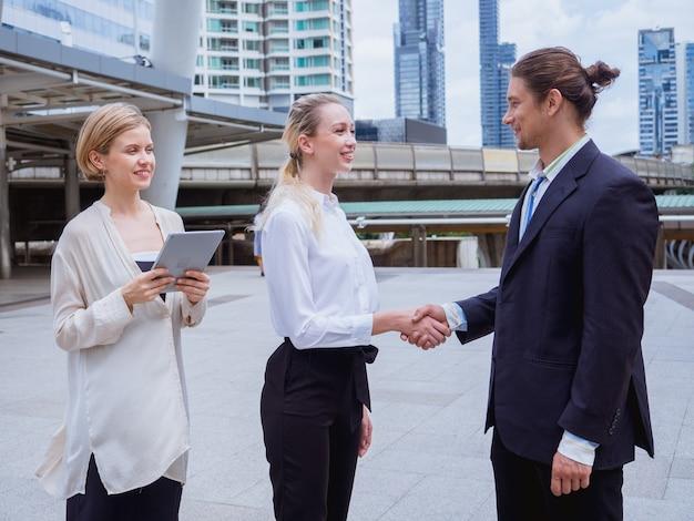 Ludzie biznesu drżenie rąk podczas spotkania na świeżym powietrzu Premium Zdjęcia