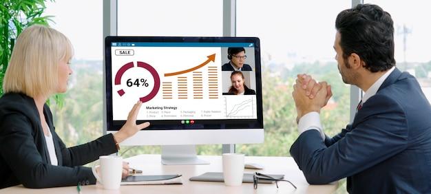 Ludzie Biznesu Grupy Rozmów Wideo Spotykający Się W Wirtualnym Miejscu Pracy Lub Zdalnym Biurze Premium Zdjęcia