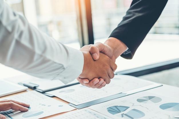 Ludzie biznesu koledzy trząść ręki spotyka planistycznego strategii analizy pojęcie Premium Zdjęcia