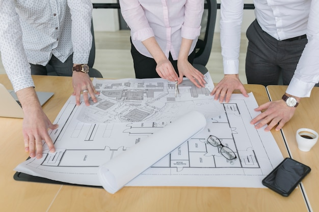 Ludzie biznesu patrzeje plany w biurze Darmowe Zdjęcia