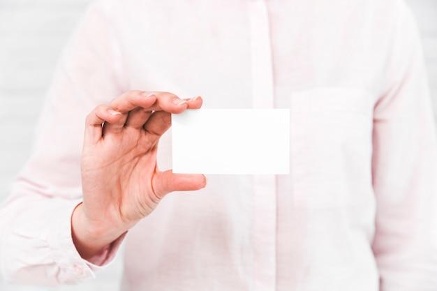 Ludzie biznesu pokazuje pustą wizytówkę Darmowe Zdjęcia