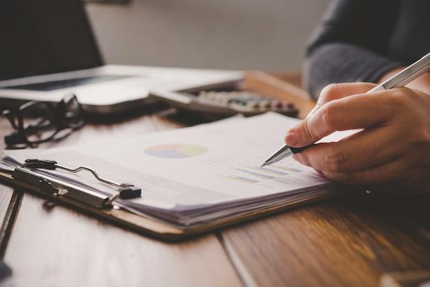 Ludzie Biznesu Pracują Nad Kontami W Analizie Biznesowej Z Wykresami I Dokumentacją. Premium Zdjęcia