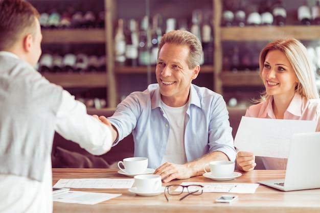 Ludzie biznesu pracują podczas lunchu biznesowego. Premium Zdjęcia