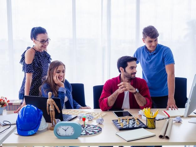 Ludzie biznesu pracują razem i spotykają się, aby omówić sytuację na biznesie, koncepcja biznesowa Premium Zdjęcia