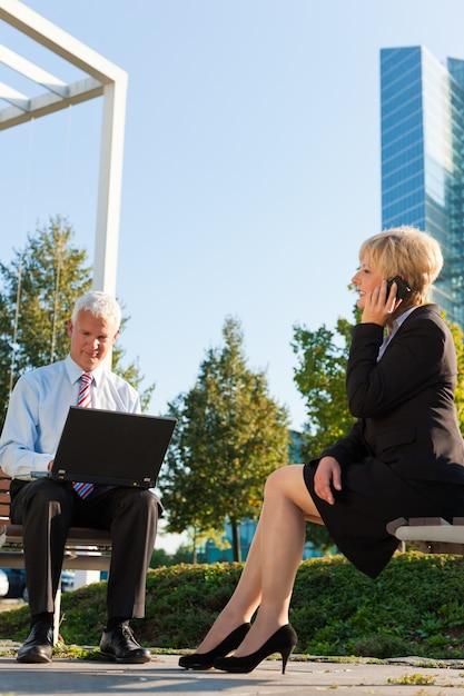 Ludzie biznesu pracujący na zewnątrz Premium Zdjęcia