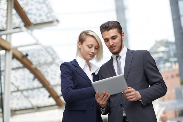 Ludzie biznesu pracujący razem w środowisku miejskim Premium Zdjęcia
