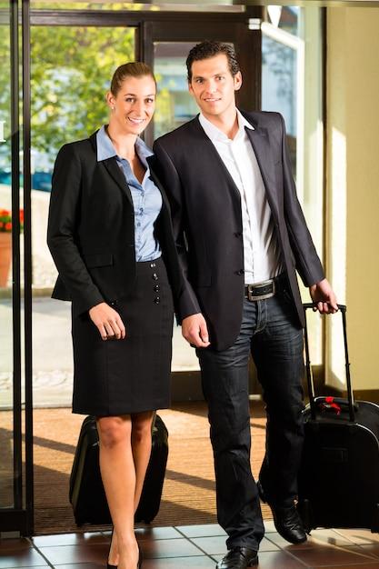 Ludzie biznesu przybywający do hotelu Premium Zdjęcia
