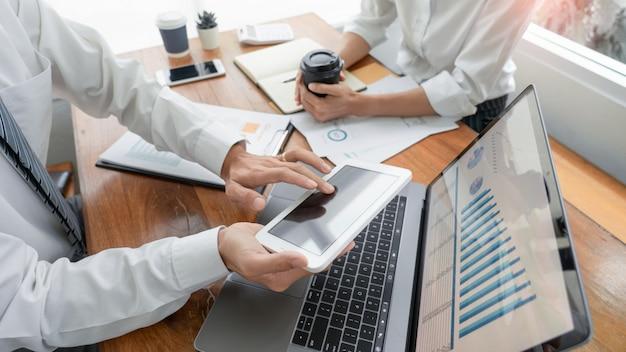 Ludzie Biznesu Rozmawia Dyskutuje Ze Współpracownikiem Planuje Analizy Danych Finansowych Dokumentów Wykresów Premium Zdjęcia