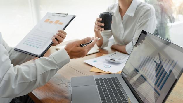 Ludzie Biznesu Rozmawia I Dyskutuje Na Spotkaniu Premium Zdjęcia