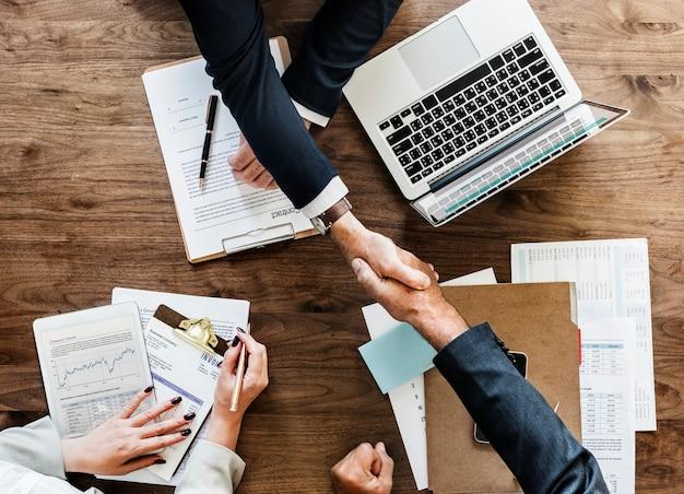 Ludzie biznesu, ściskając ręce razem Darmowe Zdjęcia