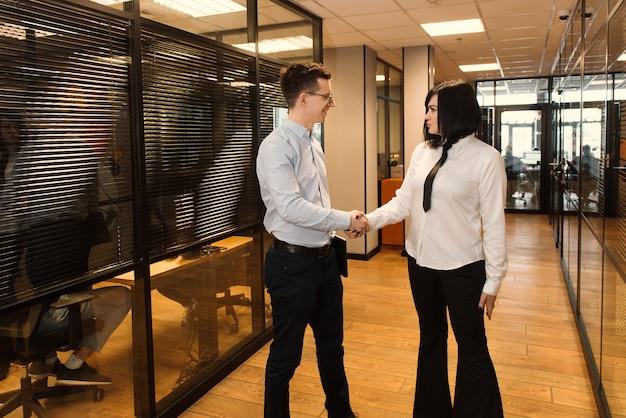 Ludzie Biznesu W Biurze Idzie Do Pracy W Nowoczesnym Biurze Premium Zdjęcia