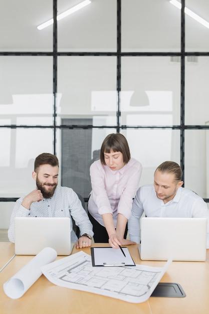 Ludzie biznesu w biurze Darmowe Zdjęcia