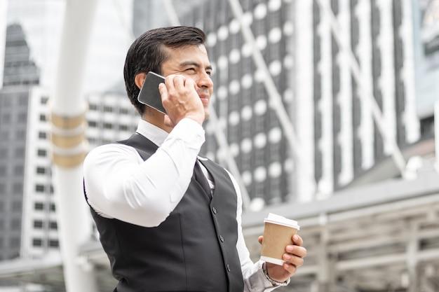 Ludzie biznesu w stylu życia czują się zadowoleni z używania smartfona. Premium Zdjęcia