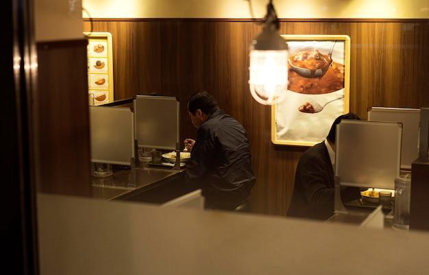 Ludzie Cieszący Się Tradycyjnym Japońskim Jedzeniem Premium Zdjęcia