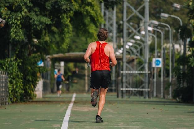Ludzie ćwiczący I Rozgrzewający Się Przed Bieganiem I Bieganiem; Zdrowy Styl życia Cardio Razem Na Zewnątrz Premium Zdjęcia