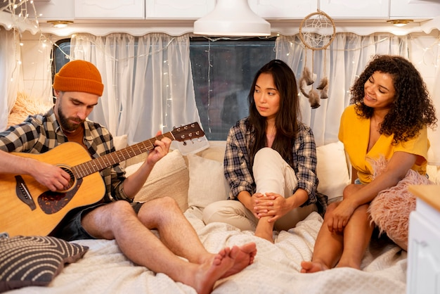 Ludzie Grający Na Gitarze W Koncepcji Road Trip Van Adventure Darmowe Zdjęcia