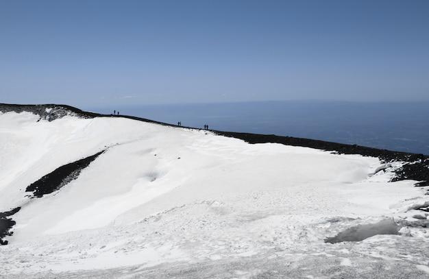 Ludzie Na Kraterze Wulkanu Etna Premium Zdjęcia