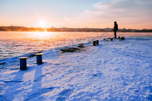 Ludzie na molo oglądając zachód słońca Premium Zdjęcia