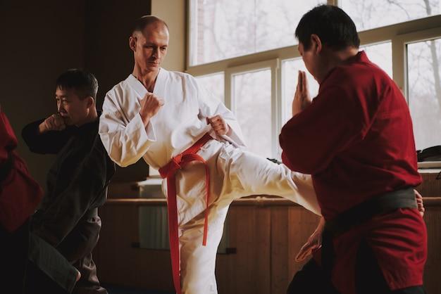 Ludzie Opracowują Technikę Judo Wpływu. Premium Zdjęcia