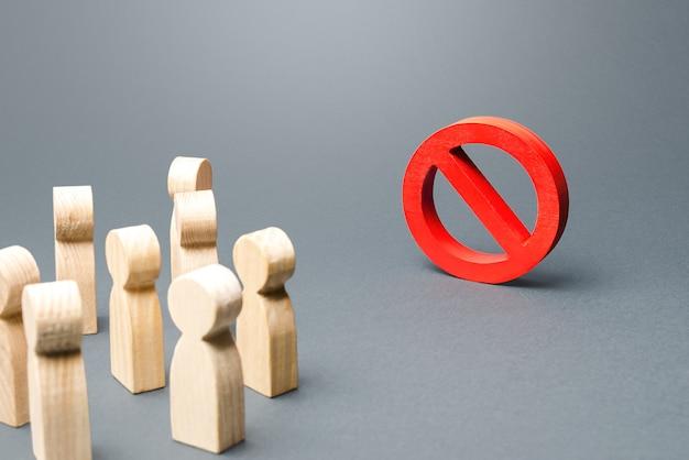 Ludzie Patrzą Na Czerwony Znak Zakazu Nie. Premium Zdjęcia