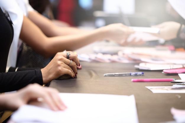 Ludzie piszą formularz zgłoszeniowy i przesyłają dokument do rozmowy kwalifikacyjnej Premium Zdjęcia
