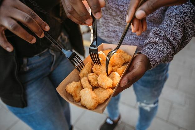 Ludzie Pod Dużym Kątem Jedzący Bryłki Z Opakowania Na Wynos Darmowe Zdjęcia