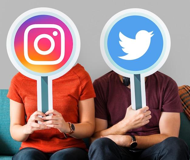 Ludzie posiadający ikony mediów społecznościowych Darmowe Zdjęcia