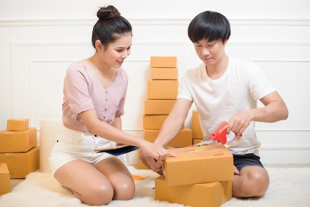 Ludzie Przygotowują Produkty Z Kartonami Do Wysyłki Premium Zdjęcia