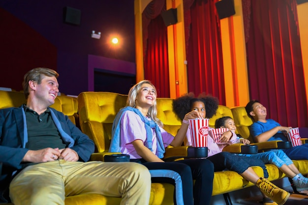 Ludzie Publiczność Z Dzieckiem Ogląda Film I Czuje Się Szczęśliwa W Kinie Teatralnym. Premium Zdjęcia