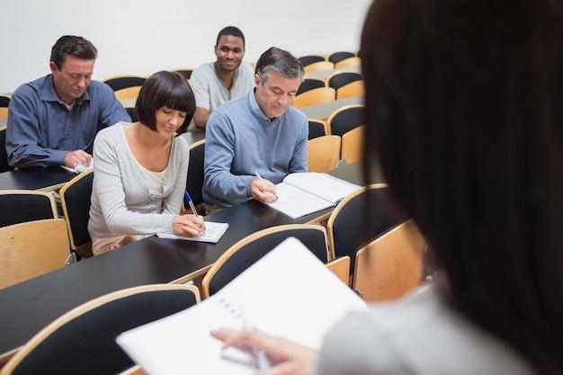 Ludzie robią notatki w klasie Premium Zdjęcia