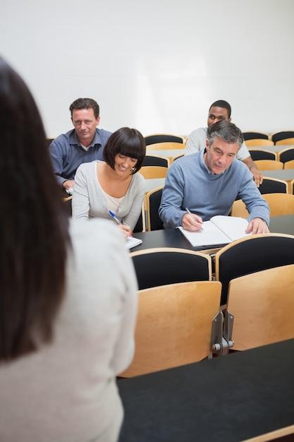 Ludzie robią notatki w wykładzie Premium Zdjęcia
