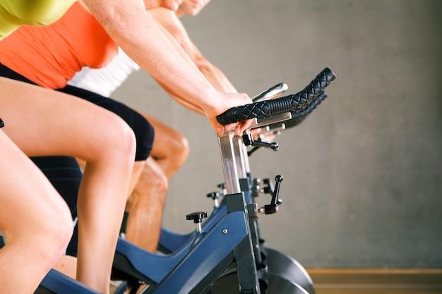 Ludzie robią siłownię kolarstwo Premium Zdjęcia