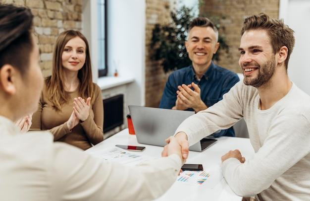 Ludzie Rozmawiający Na Spotkaniu Biznesowym Premium Zdjęcia