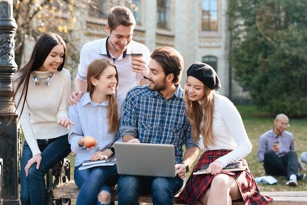 Ludzie Są Studentami I Uczą Się Razem. Premium Zdjęcia