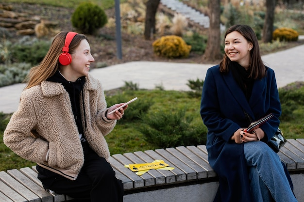 Ludzie Siedzący Z Daleka Na ławce Darmowe Zdjęcia