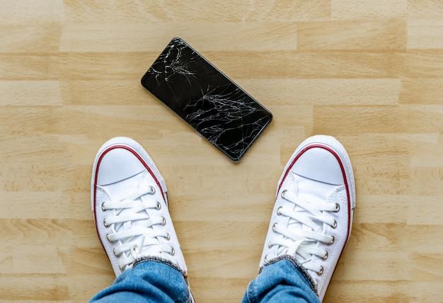 Ludzie Spadają Smartfona Na Zepsuty Ekran Podłogi Premium Zdjęcia