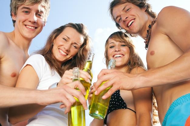 Ludzie świętują imprezę na plaży Premium Zdjęcia