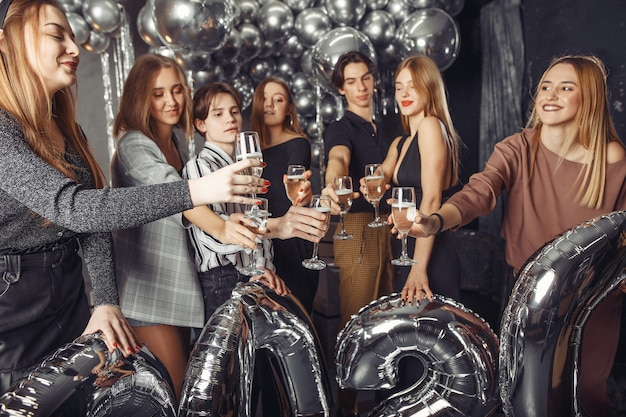 Ludzie świętują Nowy Rok Z Dużymi Balonami Darmowe Zdjęcia