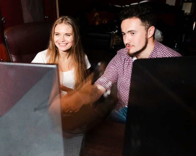 Ludzie Używający Komputera Do Miksowania I Masteringu Muzyki Darmowe Zdjęcia
