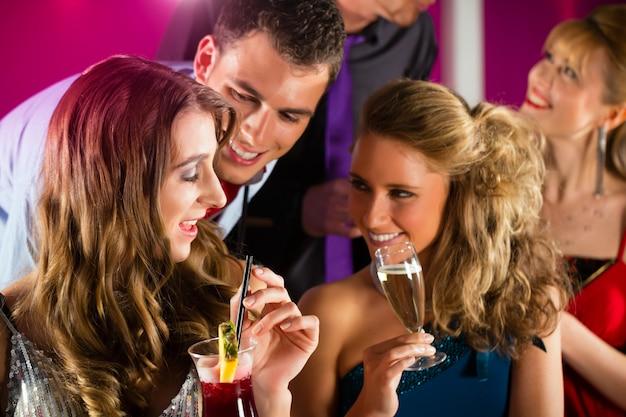 Ludzie w klubie lub barze piją koktajle Premium Zdjęcia