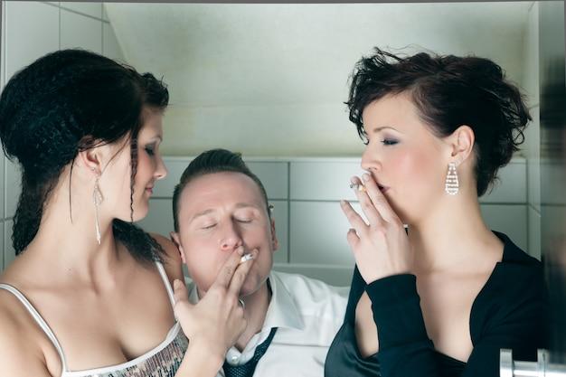 Ludzie w klubie palą w toalecie Premium Zdjęcia